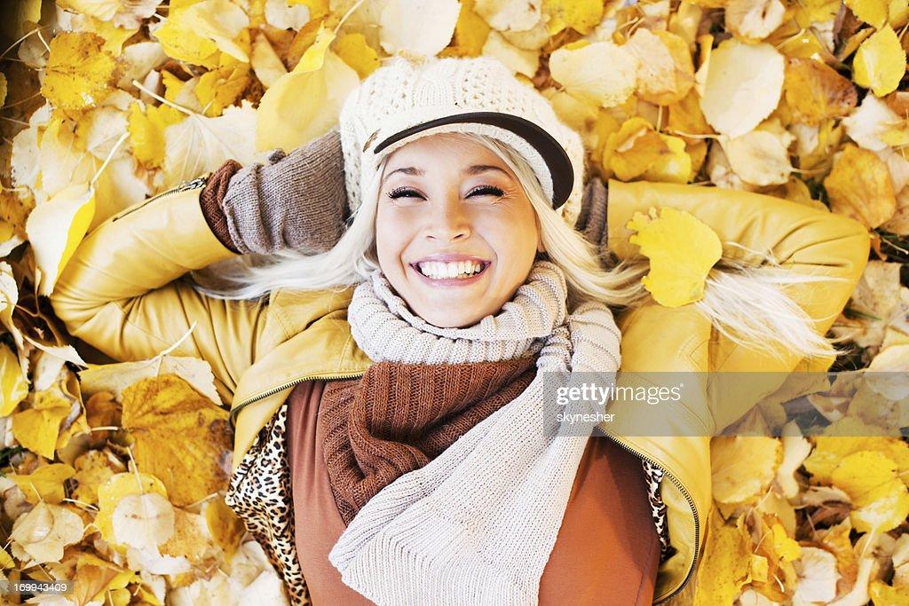 Belle femme appréciant dans une belle journée d'automne : Photo