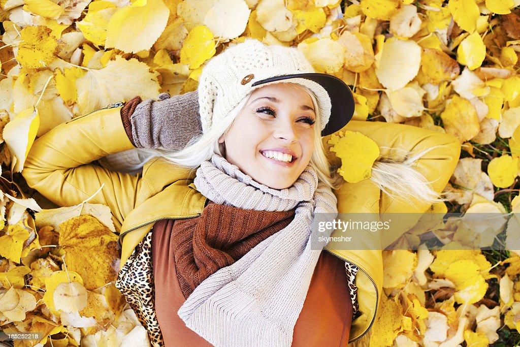 Belle femme appréciant dans une belle journée d'automne. : Photo