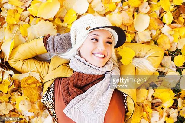 Belle femme appréciant dans une belle journée d'automne.