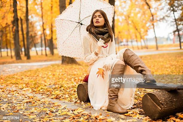 belle femme appréciant dans l'automne - cardigan photos et images de collection