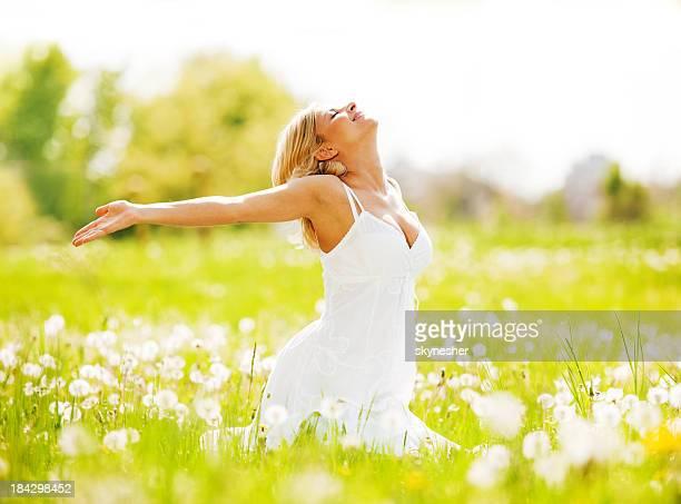 Hermosa mujer disfrutando de la naturaleza y del aire fresco.