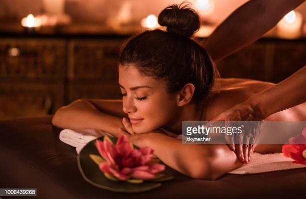 美しい女性は、スパでのマッサージを楽しんでします。