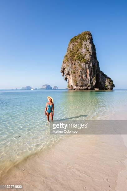 beautiful woman enjoying phra nang beach, railay, thailand - railay strand stock-fotos und bilder