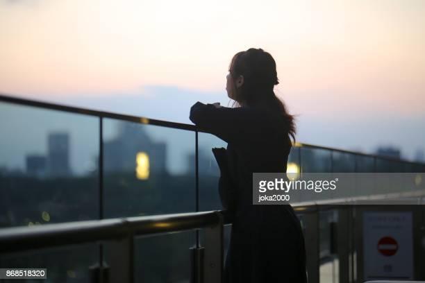 Schöne Frau genießen Blick auf den Sonnenuntergang