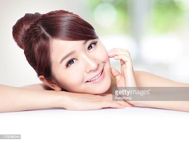 美しい女性の顔に健康的なお肌と歯