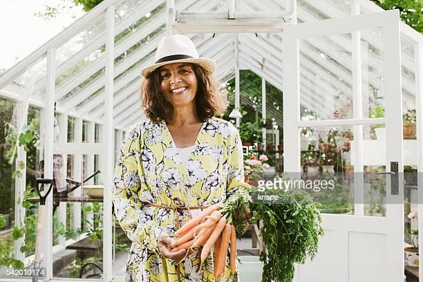 Schöne Frau Gärtnern festhalten Peitsche von den Garten