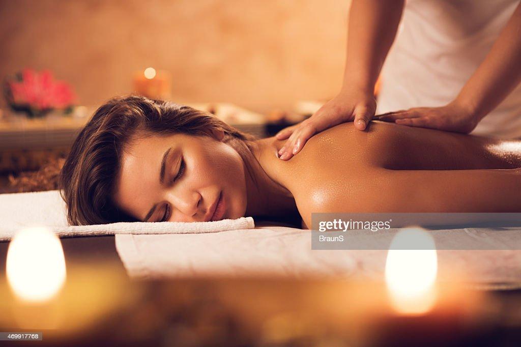 Bella donna avendo un massaggio presso la spa. : Foto stock
