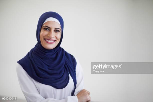 hermosa mujer tiro en la cabeza mirando a cámara y llevar un hijab. - cultura árabe fotografías e imágenes de stock