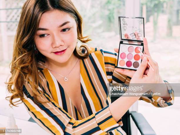 beautiful woman holding eyeshadow palette - tutorial stock pictures, royalty-free photos & images