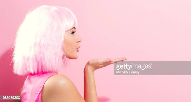 beautiful woman in a bright pink wig - clubkleding stockfoto's en -beelden
