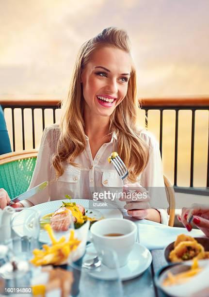 美しい女性のレストラン