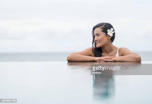 Belle femme dans une piscine au spa