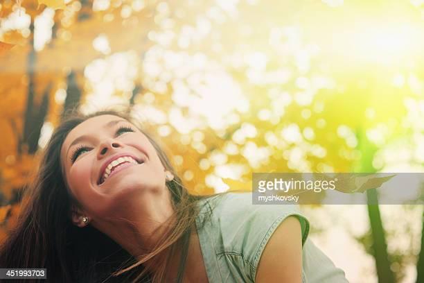 Schöne Frau im Herbst Landschaft