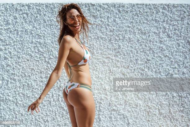 beautiful woman in bikini in front of white wall - crazy holiday models - fotografias e filmes do acervo