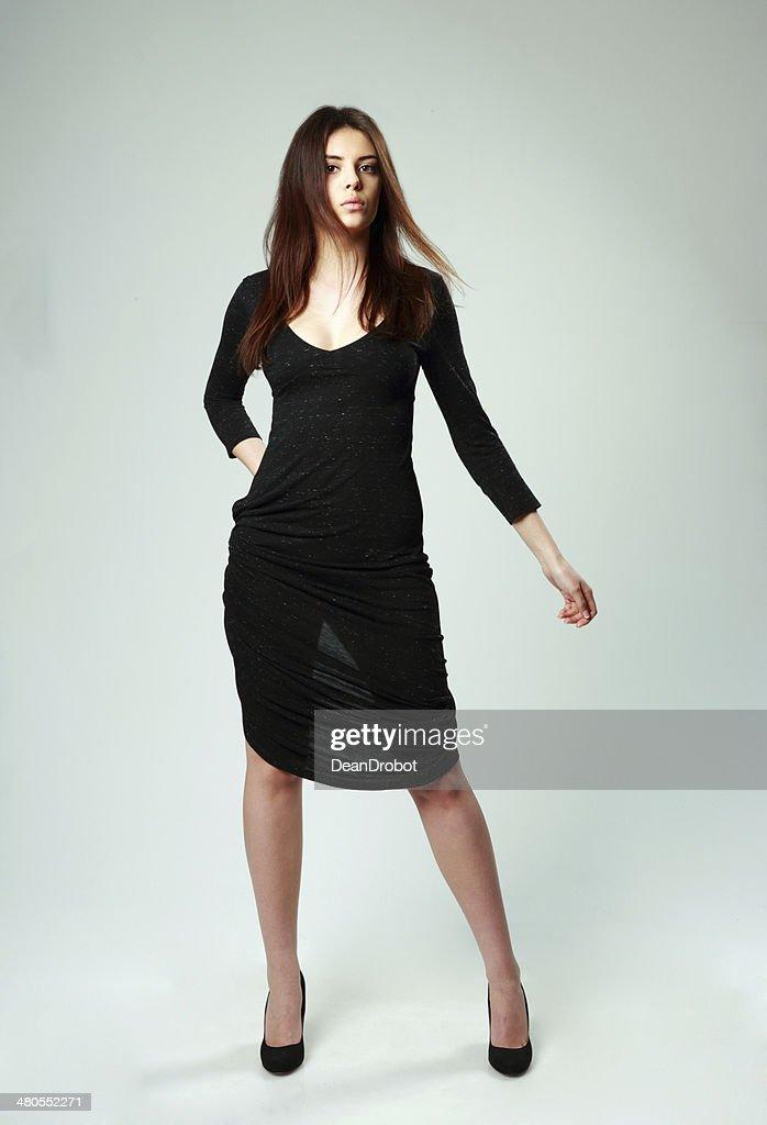 Mulher bonita em Vestido Preto Permanente : Foto de stock