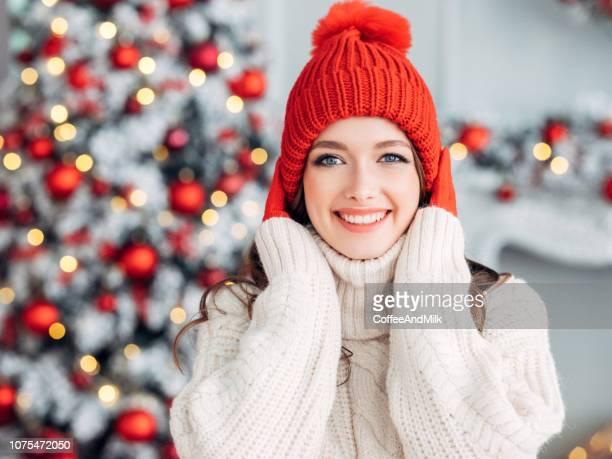 beautiful woman in cozy christmas atmosphere - sorriso aperto foto e immagini stock