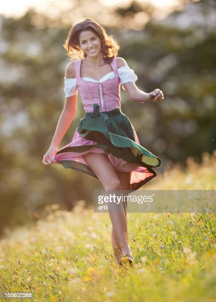 Schöne Frau im Dirndl Mode, die durch die Meadows (XXXL)