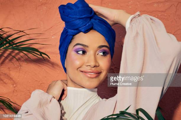 beautiful woman in hijab with hand on head - sombra maquiagem de olho - fotografias e filmes do acervo