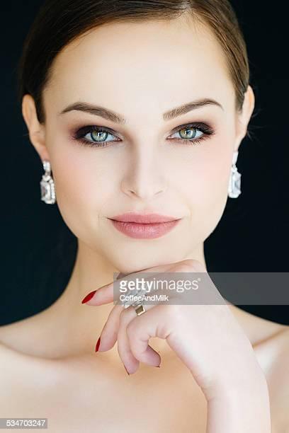 Bella mujer con joyas