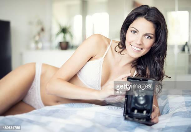 mulher bonita em lingerie com um nostálgico câmera - calcinha transparente - fotografias e filmes do acervo