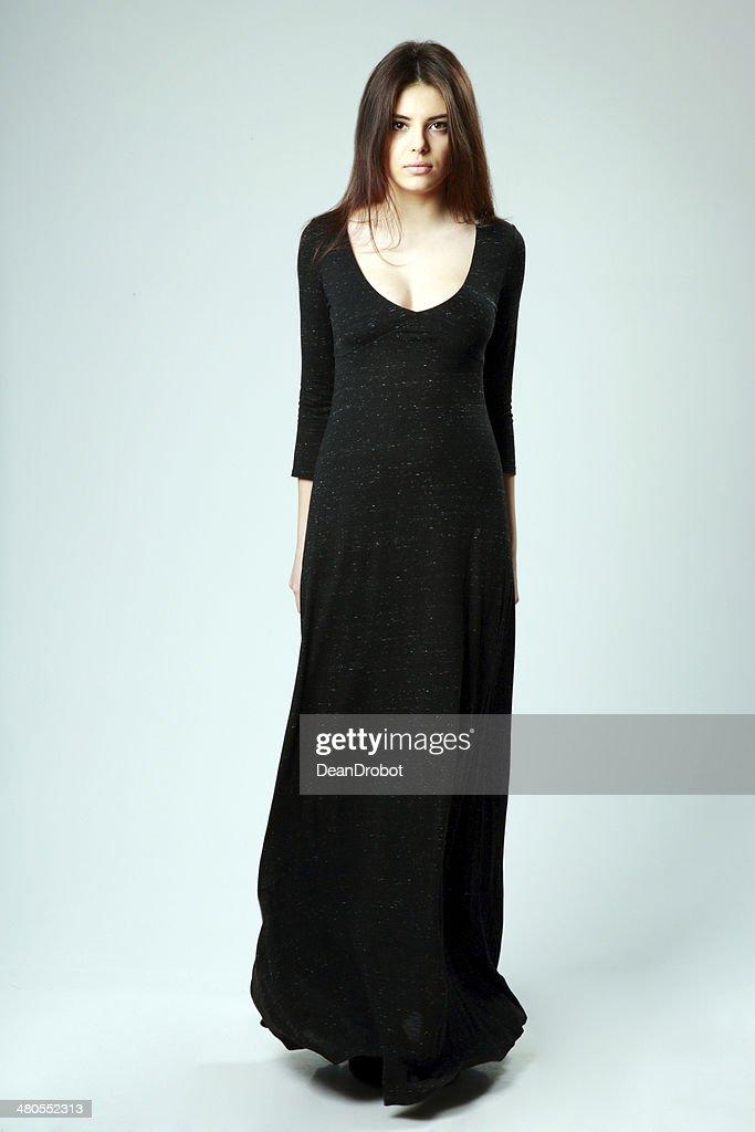 Hermosa mujer en vestido negro largo : Foto de stock