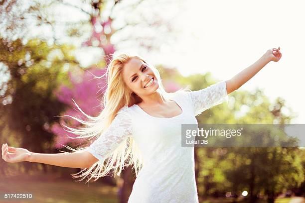 Schöne Frau im park