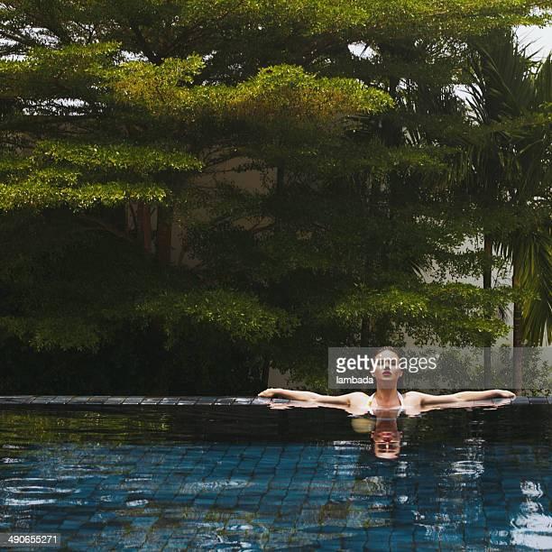 Schöne Frau im pool