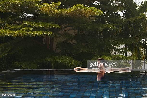 Bellissima donna in piscina
