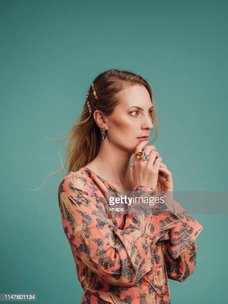 beautiful woman in pretty dress and long hair - accessorio per capelli foto e immagini stock