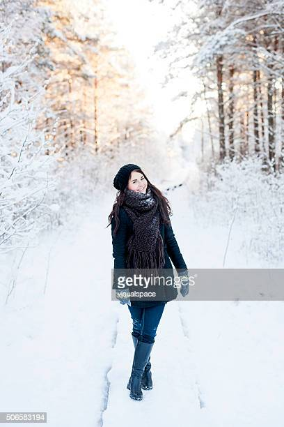 Schöne Frau in verschneiten Wald