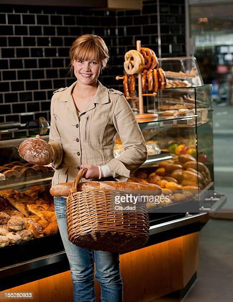 Schöne Frau im Supermarkt