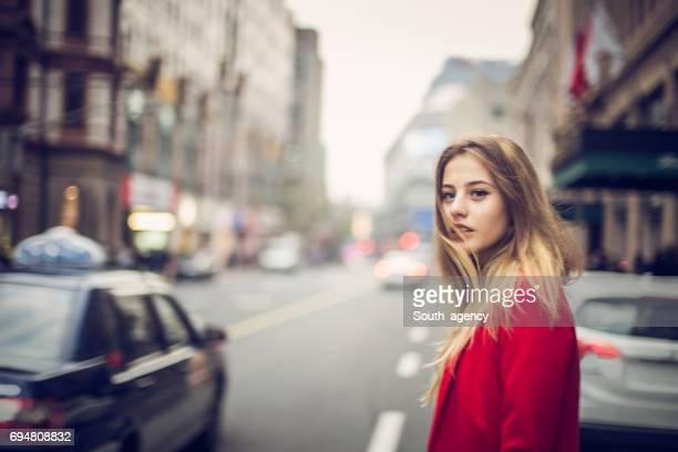 Belle femme dans la grande ville