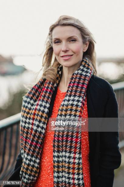 beautiful woman in the city - warm clothing stock pictures, royalty-free photos & images