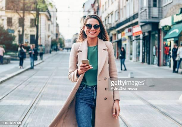 hermosa mujer en la ciudad - coat fotografías e imágenes de stock