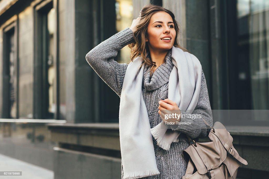 Bellissima donna in città : Foto stock