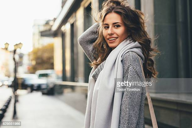 beautiful woman in the city - lang haar stockfoto's en -beelden