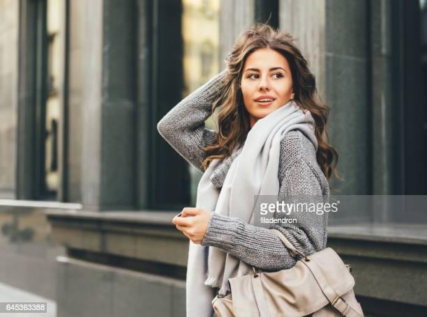Vacker kvinna i staden