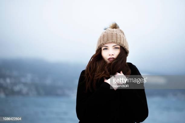 schöne frau in winterkleidung - mütze stock-fotos und bilder