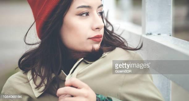 mulher bonita em roupas de inverno - casaco - fotografias e filmes do acervo