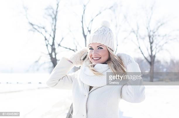 Belle femme en vêtements d'hiver