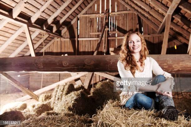 Schöne Frau in einer Scheune