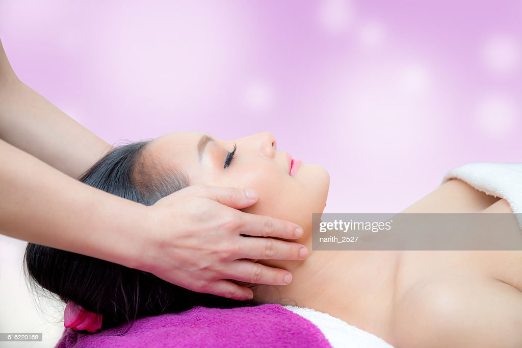 Beautiful woman is getting a facial massage : Stockfoto