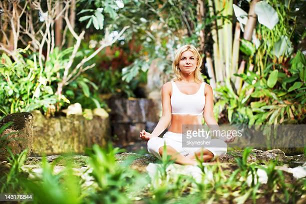 Belle femme, méditer en plein air.
