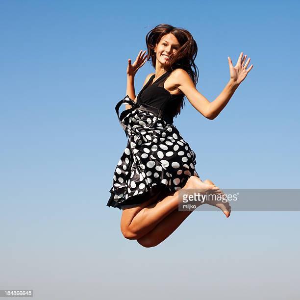 美しい女性屋外でジャンプ