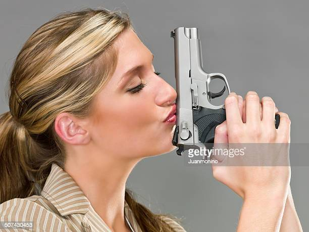 Belle femme Embrasser une arme à feu