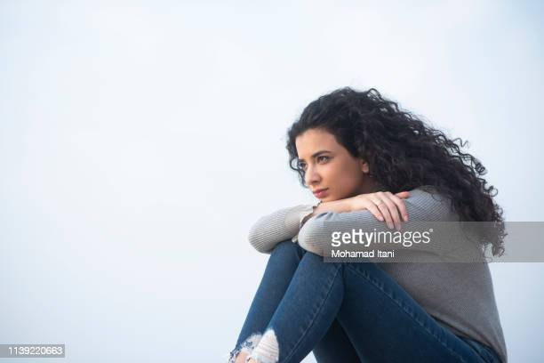 beautiful woman looking away outdoors - une seule adolescente photos et images de collection