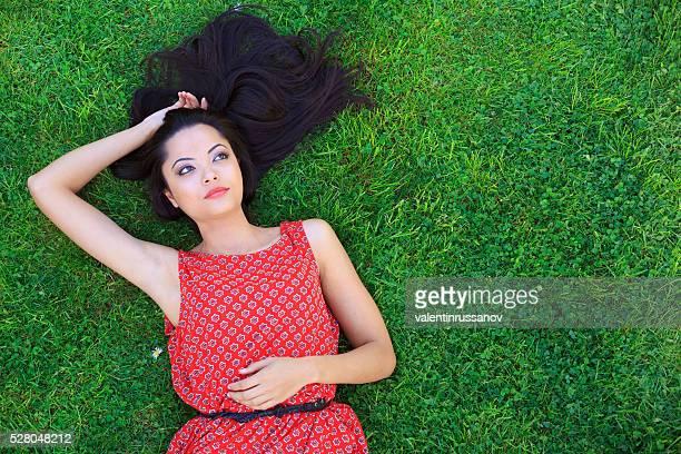 Belle femme allongée sur l'herbe