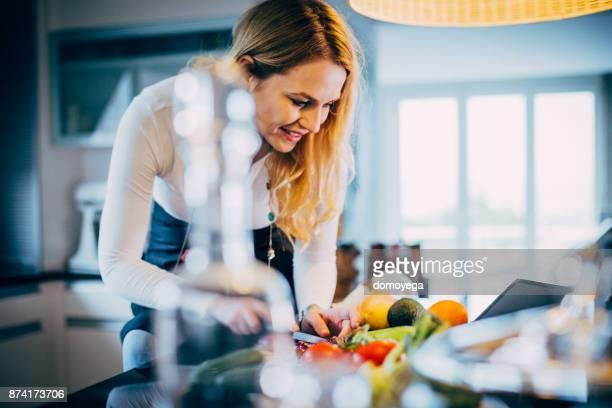 schöne frau, gesunde mahlzeit in der küche - kohlenhydratarme diät stock-fotos und bilder