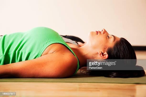 Hermosa mujer Meditando y haciendo Yoga