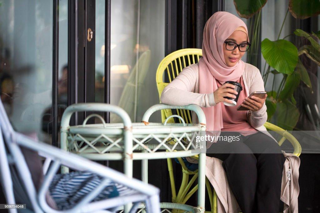 Schöne Frau mit einer Kaffeepause : Stock-Foto